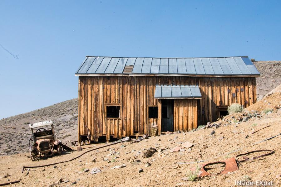 Maison et voiture abandonnées du debut du siècle