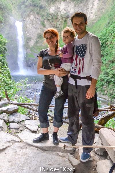 La B. Family devant la cascade de Tappiyah