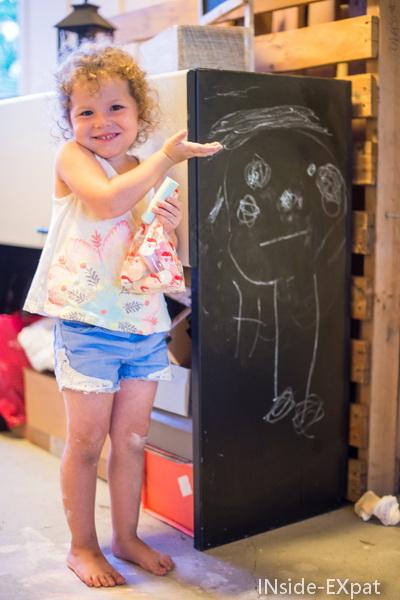 Mimi dessine à la craie