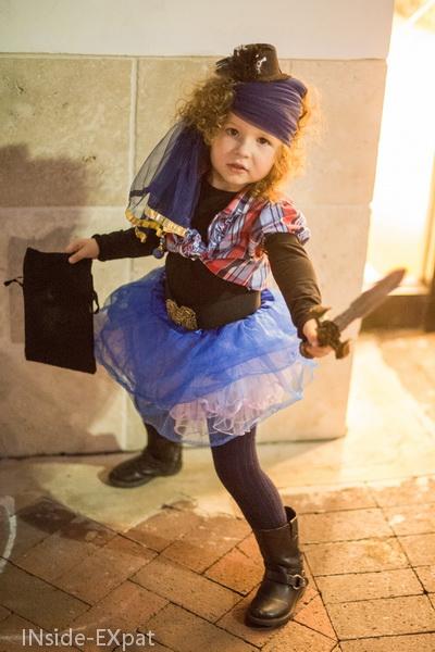 petite fille deguisee en pirate