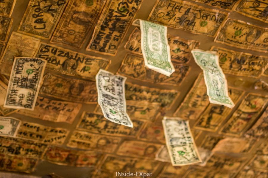 Dollars collés sur le plafond