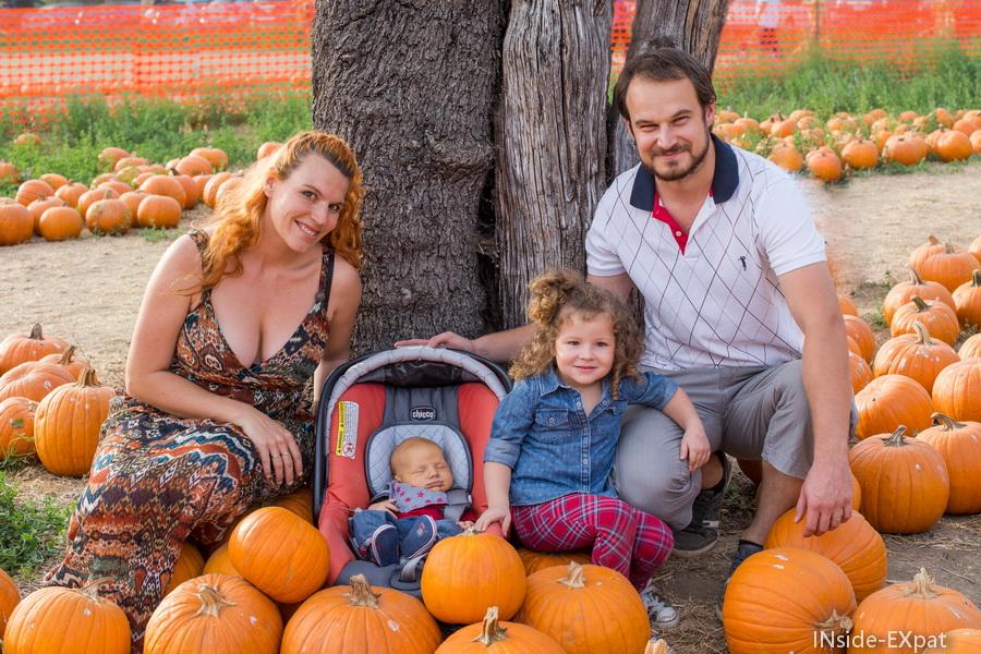 La B. Family au milieu des citrouilles