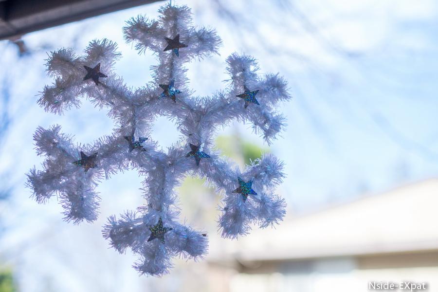 Un grosPour compléter, nous avons mis quelques décorations que nous avions trouvé à Daiso lors de notre année à Singapour.on de neige dans le ciel californien
