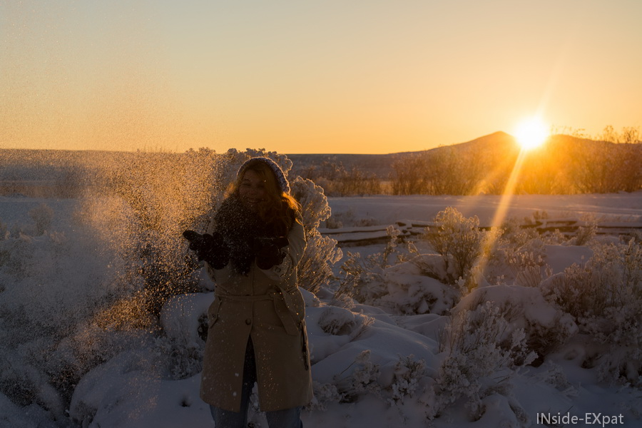 Jouer avec la neige au soleil couchant