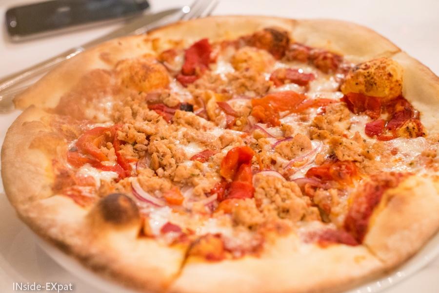 Pizza Corsica à la saucisse de poulet maison, poivrons et oignons rouges