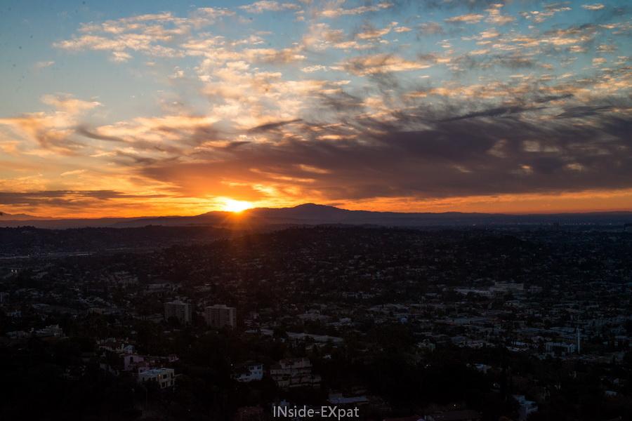Le soleil se lève derrière la montagne