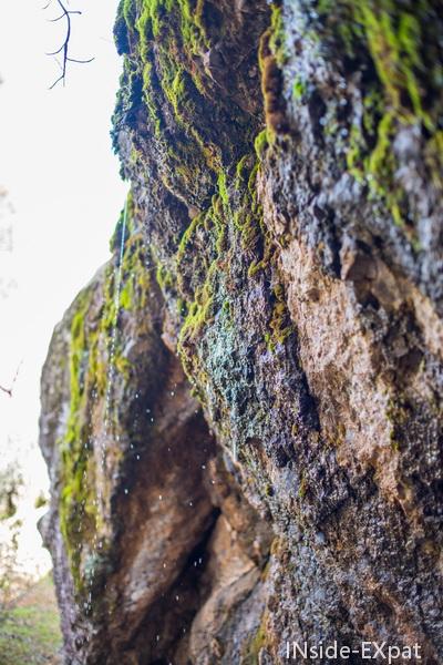 Eau ruisselant des rochers
