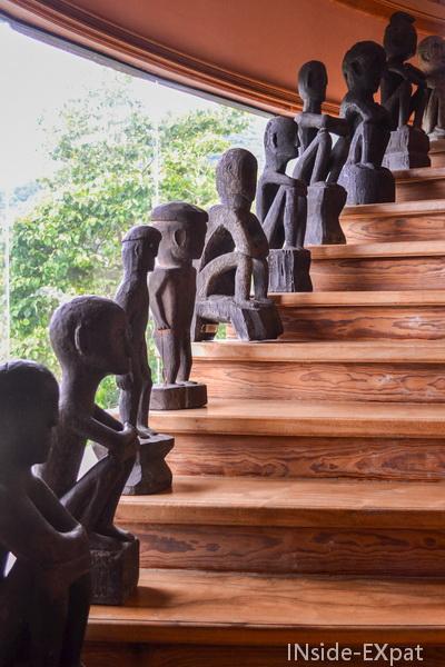 statues dans l escalier