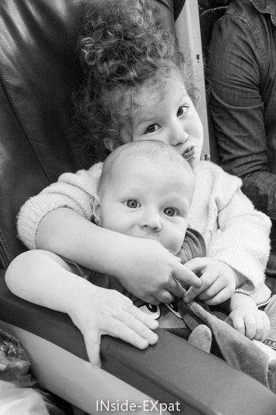 frère et soeur dans l'avion