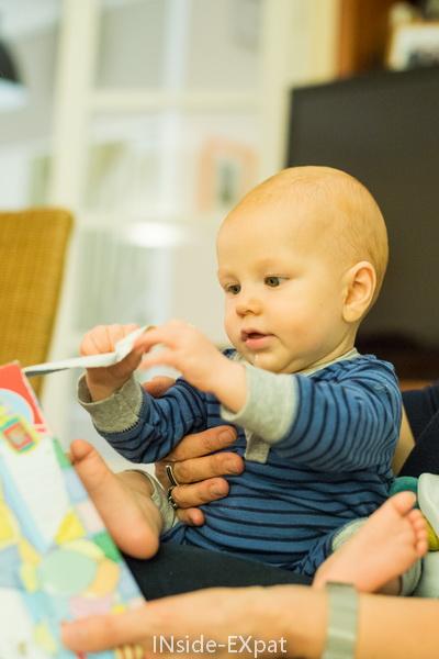 bébé ouvre un cadeau