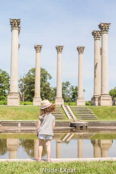 Mimi face aux colonnes