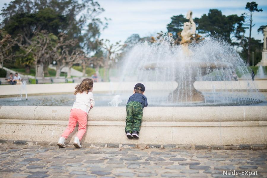 Enfants au bord d'une fontaine